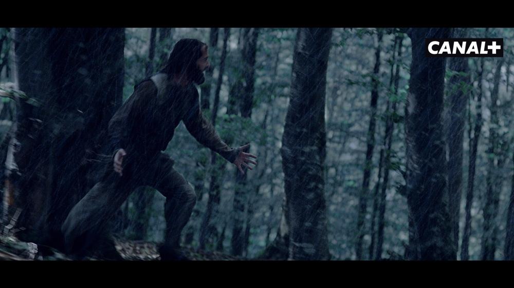 Héros qui court dans la forêt