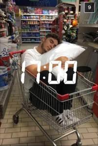 Homme dans caddy qui dort